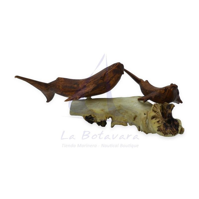 Familia de ballenas de madera sobre tronco 2