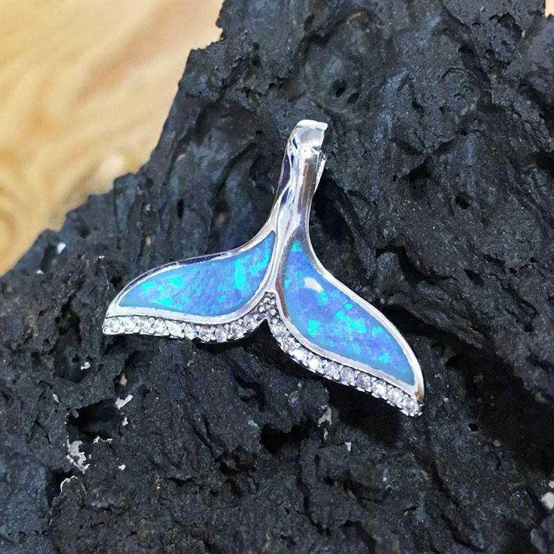 Colgante de cola de ballena de plata con ópalo
