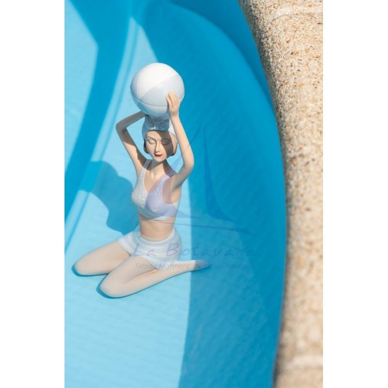 Figura de mujer en bañador con balón de playa 3