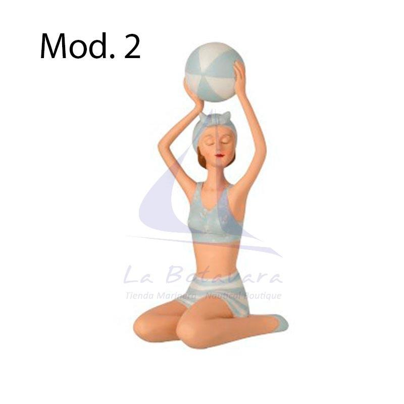 Figura de mujer en bañador con balón de playa 2