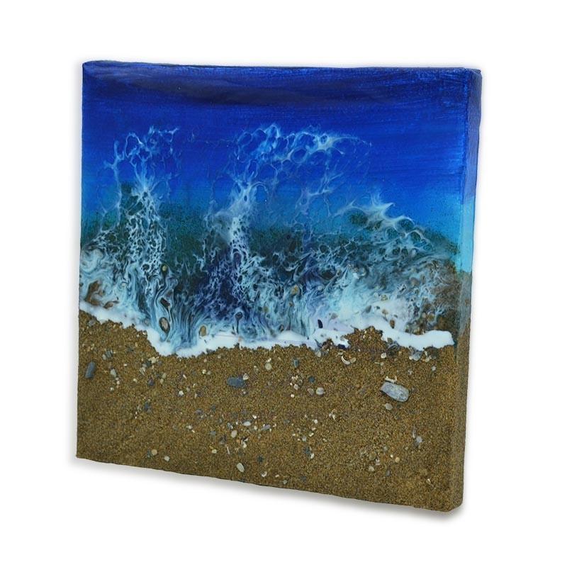 Cuadro hecho mano de resina epoxi de 20x20cm con olas y playa de arena dorada